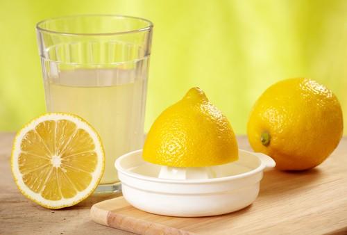 Bicchiere di acqua e limone